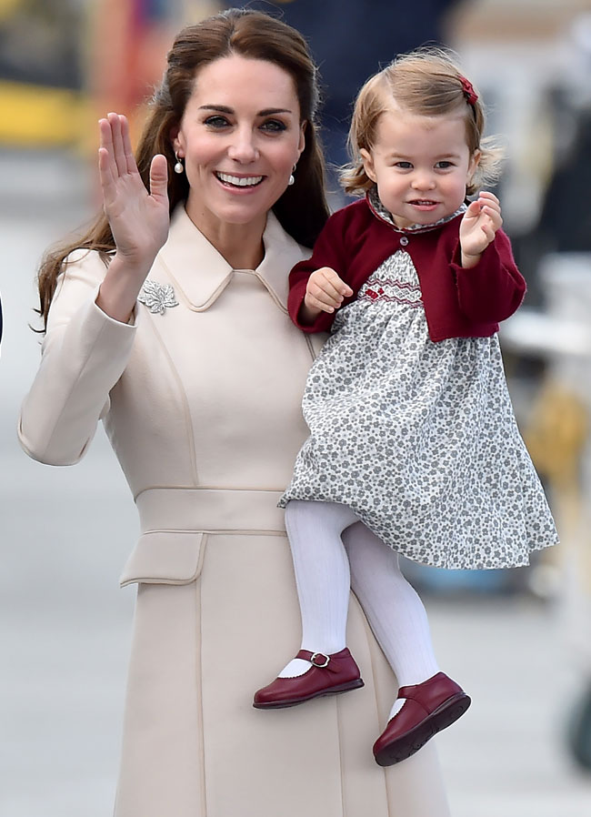 madre-e-hija-saludan
