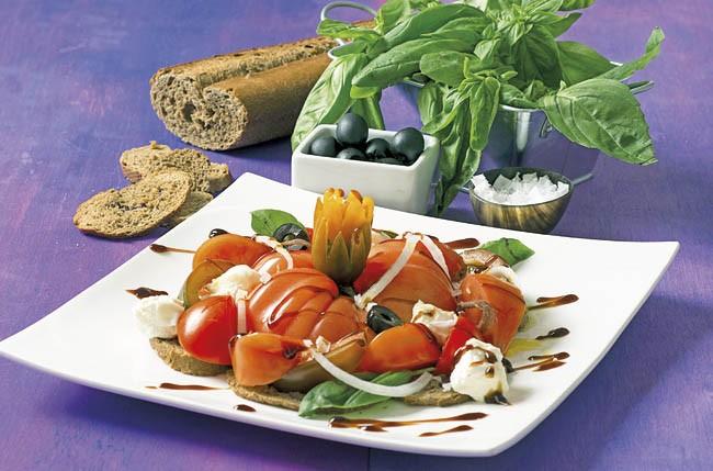 Timbal de tomates variados con burrata