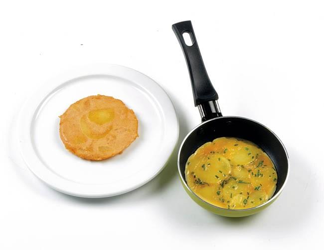 Tortillas individuales de patata, cebollino y tomate