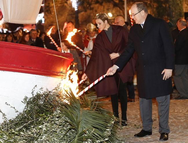 Acabaron la fiesta con la tradicional quema de una barca.