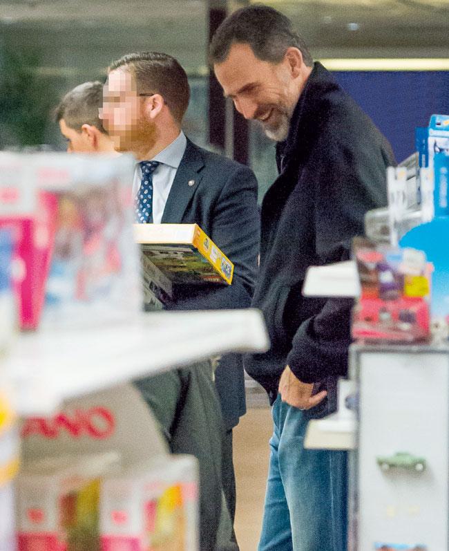 Felipe disfrutó de un día de compras sin Letizia.