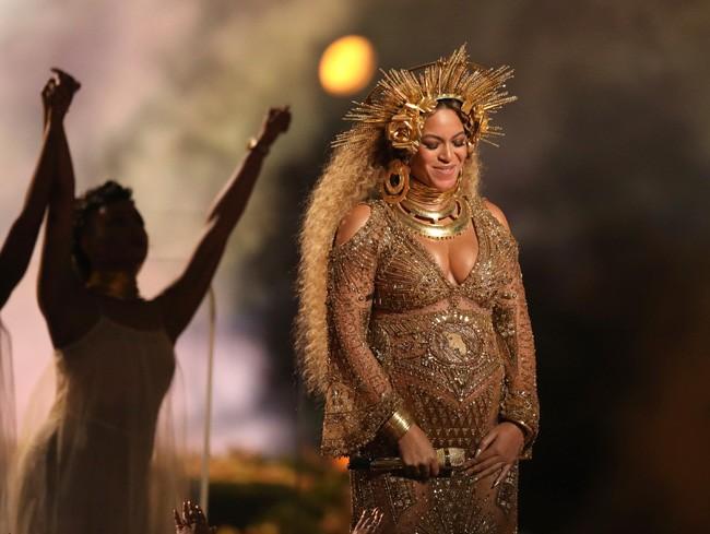 Beyoncé en su última actuación, luciendo un prominente embarazo.