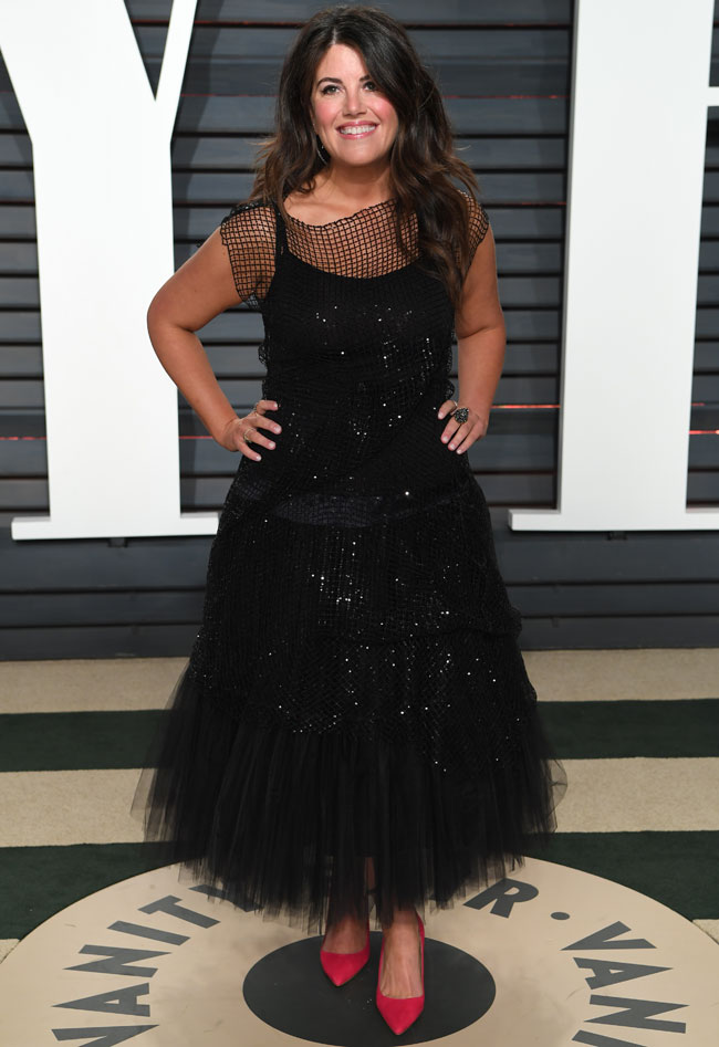 Monica Lewinsky ha vuelto a apostar por un vestido negro, como ya lo hizo el año pasado.