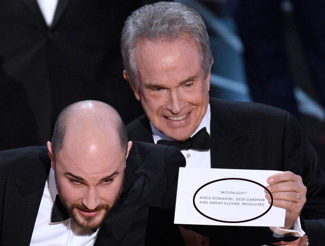 El productor de 'La la land' muestra la tarjeta donde pone que 'Moonlight' se lleva el galardón a la mejor película.