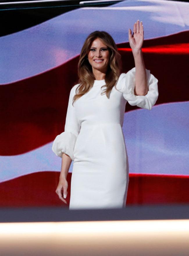 Melania Trump con un diseño muy parecido, firmado por Roskanda Ilincic.