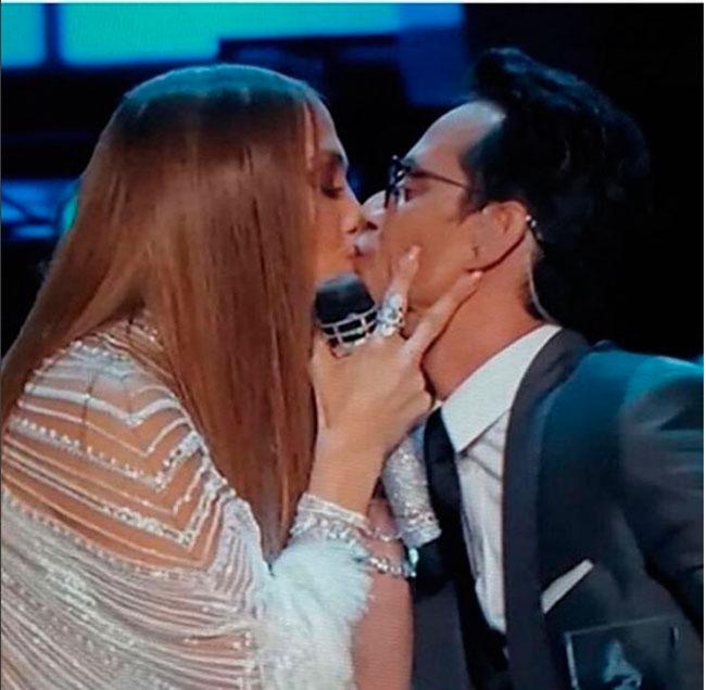 El beso entre Jennifer Lopez y Marc Anthony el pasado mes de noviembre.