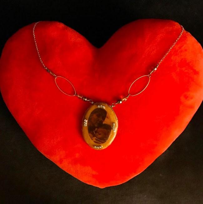 Eugenia recibió un collar muy especial, en el que aparece una foto de ella junto a su madre.