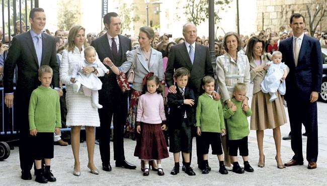 Así ha cambiado (¡y mermado!) la foto de la Familia Real en la Misa de Pascua