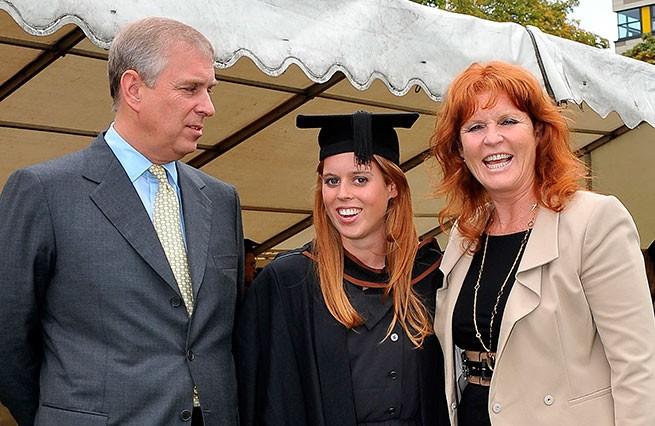 El príncipe Andrés con su ex mujer Sarah Ferguson y su hija