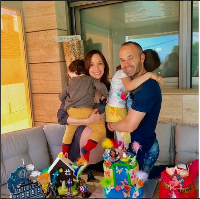 Andrés Iniesta y Anna Ortiz junto a sus hijos Valeria y Paolo Andrea.