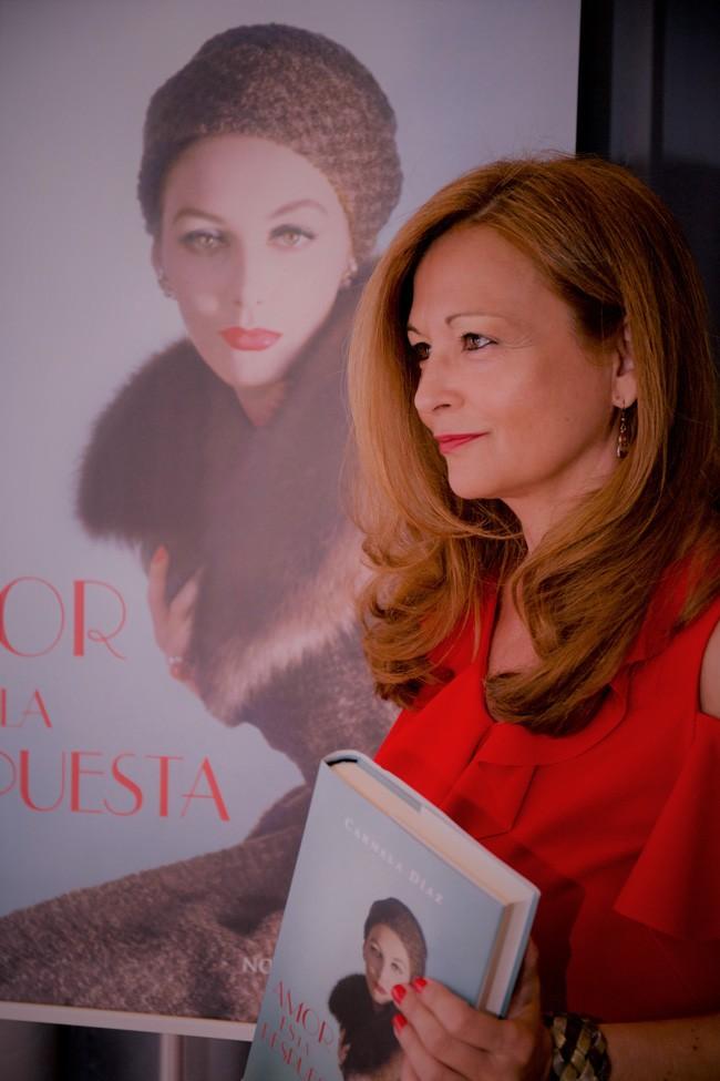 Carmela Díaz, ante la portada de su libro, que promete ser todo un éxito editorial.
