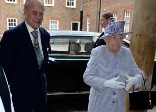 El duque de Edimburgo da la cara con la reina tras anunciar su retirada