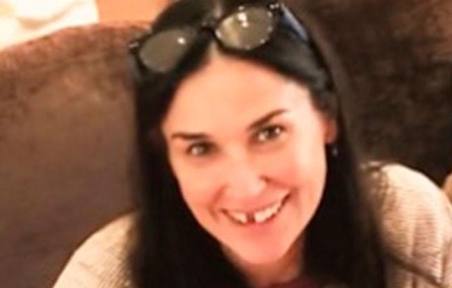 Demi Moore acudió al programa de Jimmy Fallon para promocionar su nueva película y aportó esta fotografía en la que la vemos sin dos dientes.