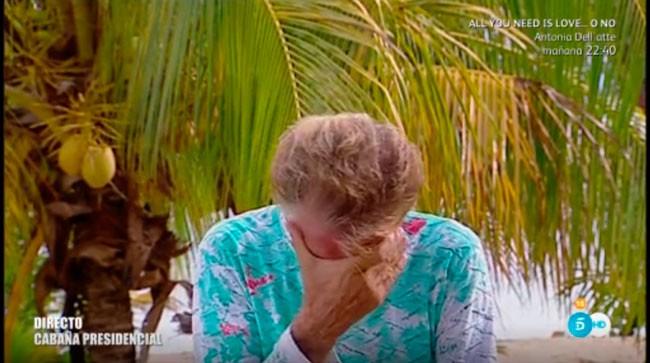 Edmundo Arrocet justo en el momento de que Sandra Barneda le dice que es el día del cumpleaños de María Teresa Campos y este se da cuenta de que se le ha olvidado completamente.