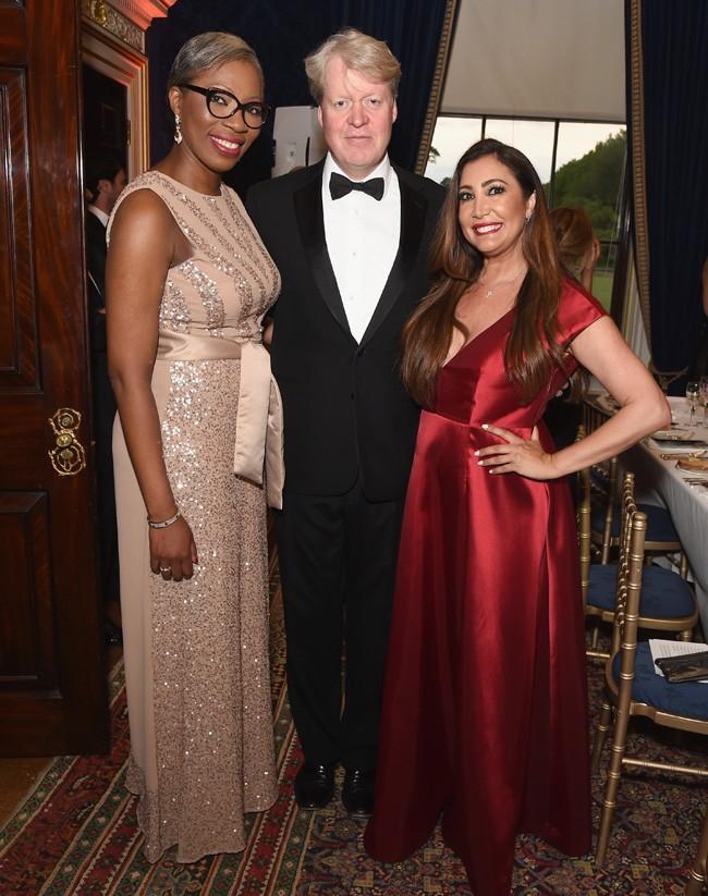 María Bravo, con Tessy Ojo, directora ejecutiva del premio Diana, que lleva el nombre de la inolvidable Lady Di, y Charles Spencer, hermano de la recordada princesa.