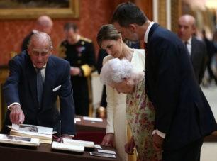 ¿Qué regalos se han intercambiado Felipe y Letizia con Isabel II y el Duque de Edimburgo?