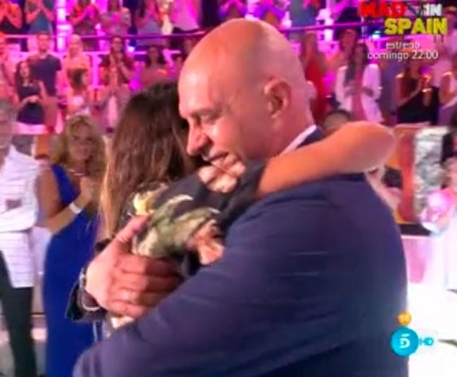 emotivo-abrazo-a-su-padre