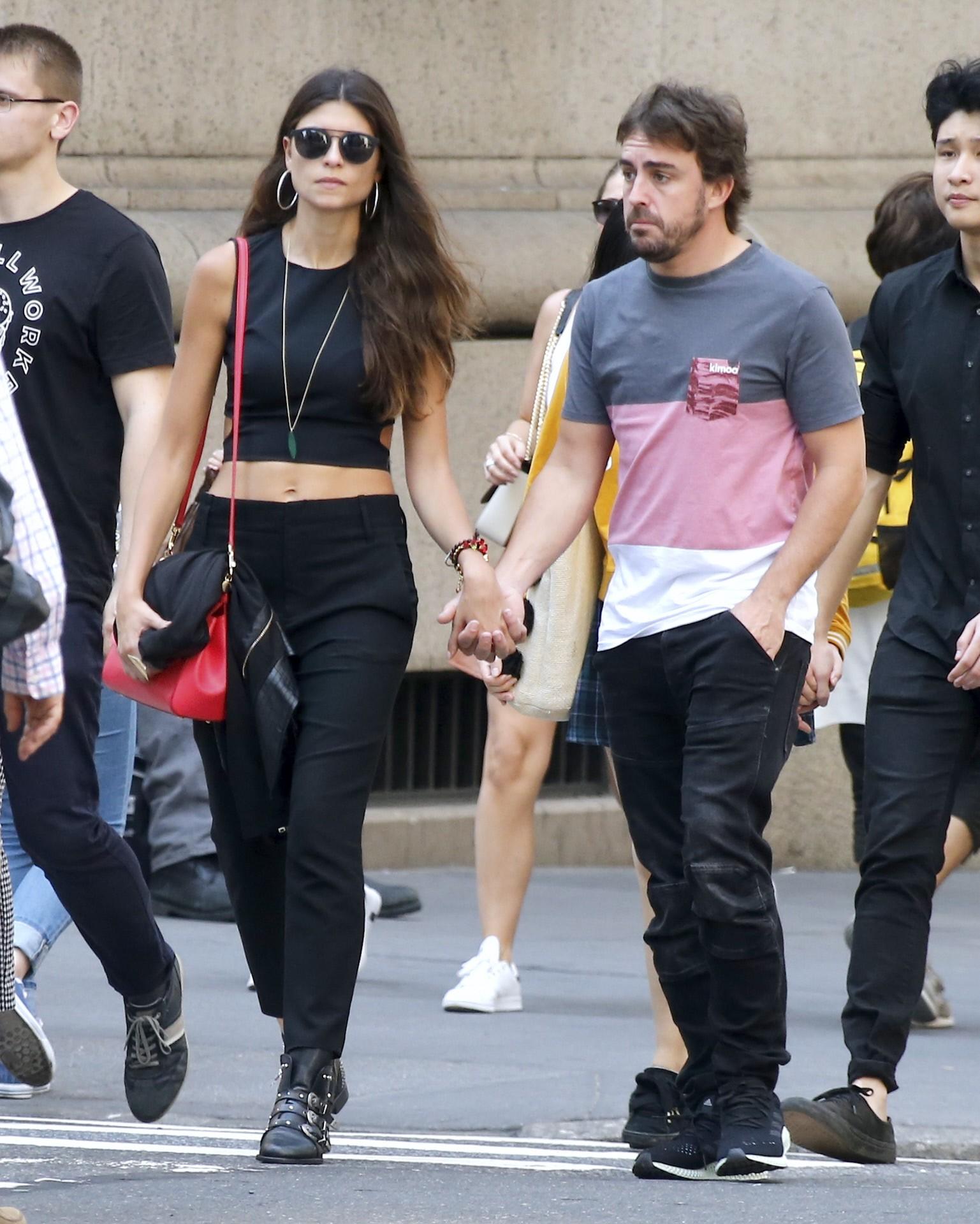 7f89210dbf Alonso ha lucido en más de una ocasión varias de las prendas de su marca,  como lo hizo el pasado mes de mayo para pasear con su chica, Linda Morselli  en ...