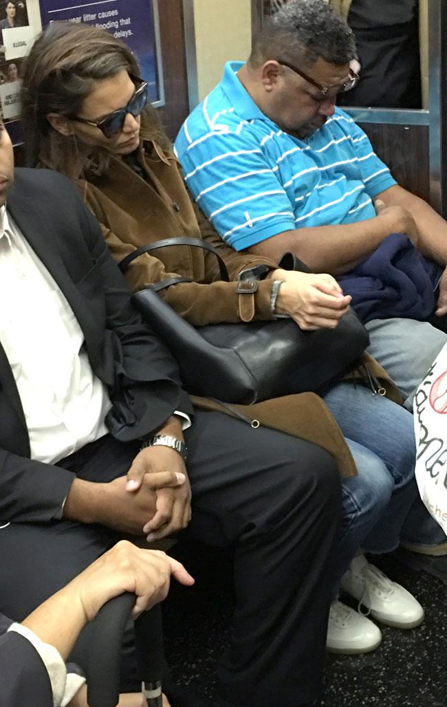 Esta actriz de Hollywood viaja en el metro como cualquier otra persona ¿La reconoces?