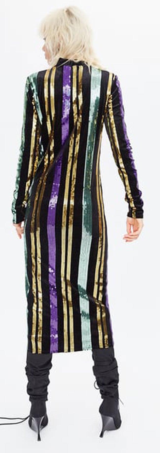 Este vestido de Zara es una elección perfecta para triunfar en Nochevieja.  En la web te proponen una combianción menos festiva 87e4420a03c6