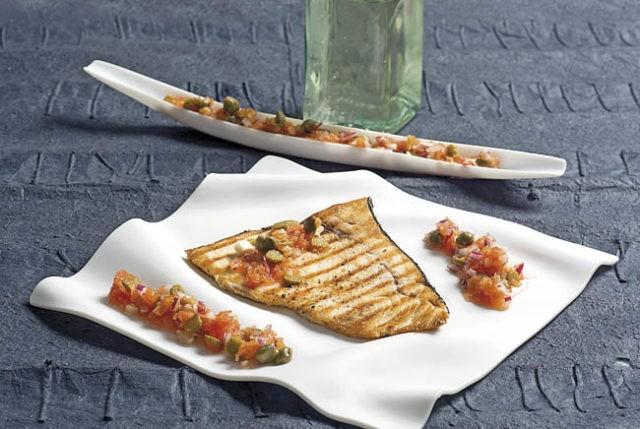 Receta pez espada con tomate y salsa de encurtidos for Pez espada en salsa de almendras