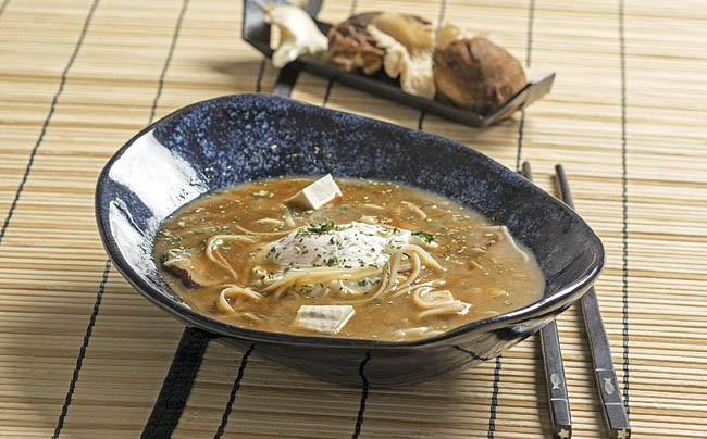 Sopa japonesa con huevo y fideos de arroz