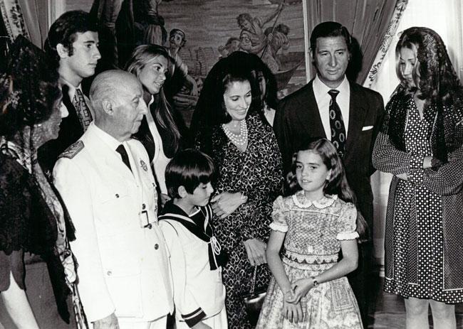 Carmen Franco y Cristóbal Martínez-Bordiú, junto a los padres de ella ---Francisco Franco y Carmen Polo--- y rodeados de alguno de sus hijos.