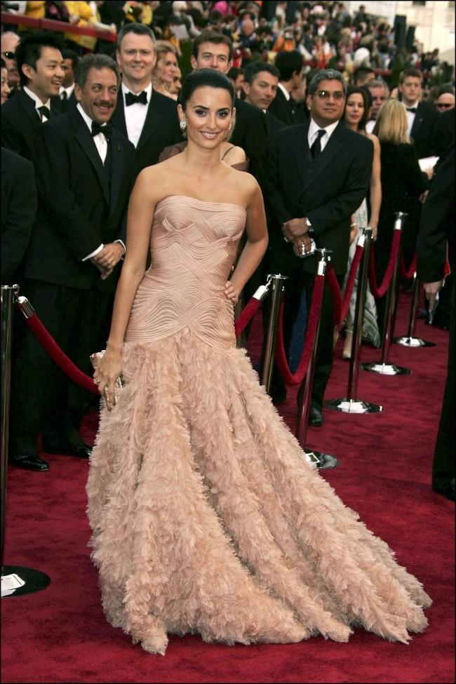 9ba143a35 Entre los vestidos que no podemos olvidar está el que eligió la española en  2007