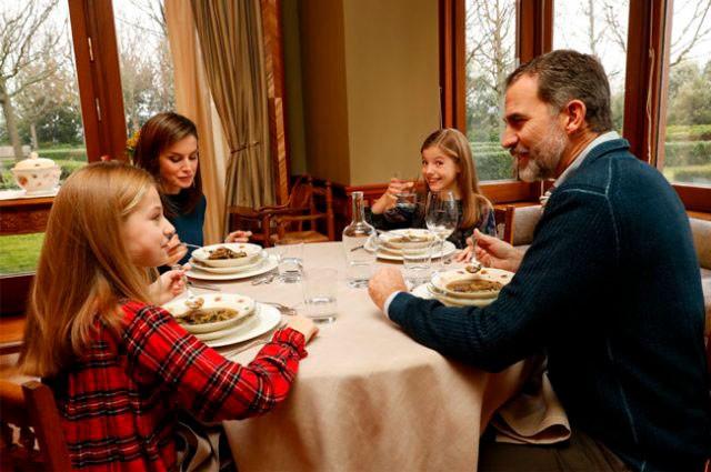la-reina-letizia-supervisa-la-alimentacion-de-sus-hijas