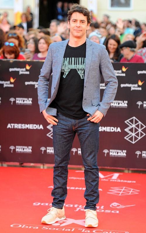 eduardo-noriega-con-americana-y-jeans