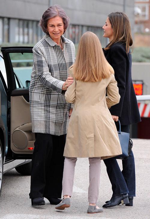la-princesa-leonor-ha-ayudado-a-su-abuela-a-bajar-del-coche