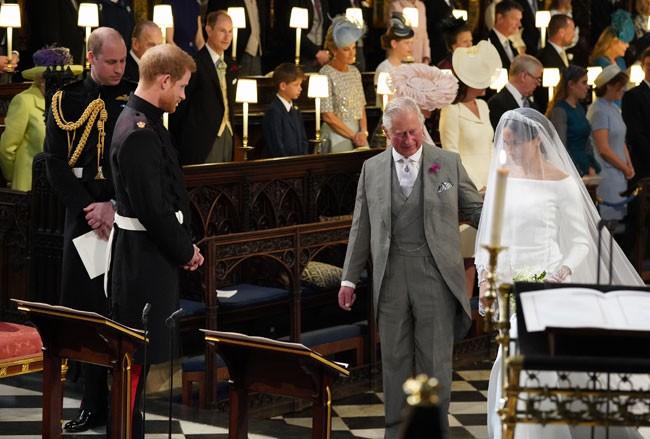 el-principe-carlos-llega-al-altar-con-meghan