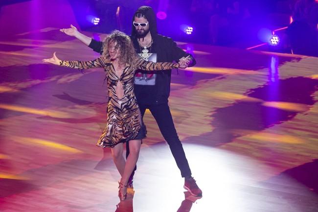 el-presentador-manu-sanchez-durante-su-baile