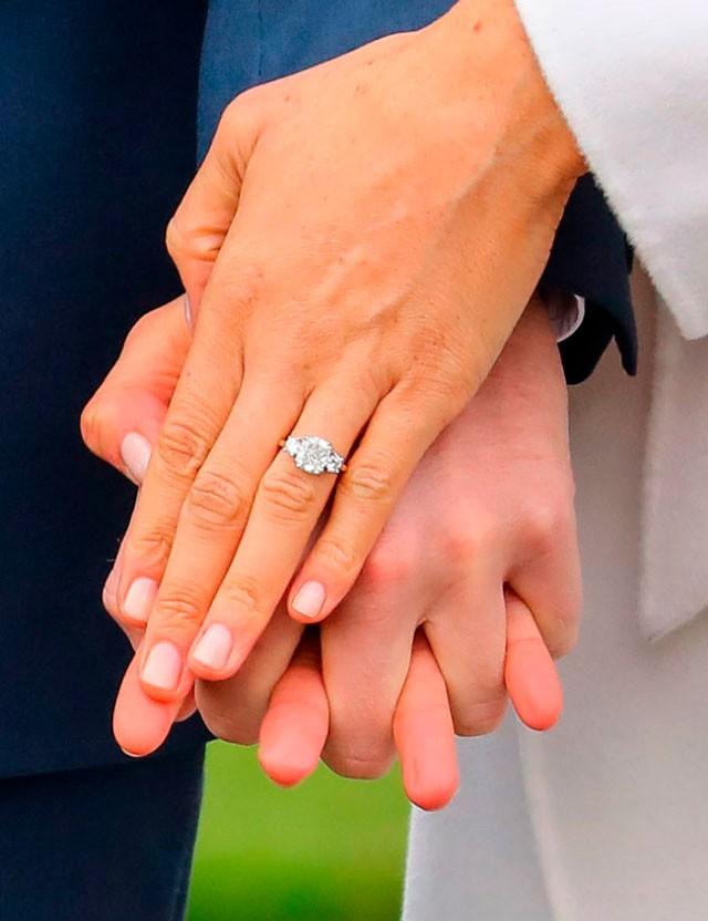 en-el-anillo-de-compromiso-de-meghan-se-usaron-diamantes-de-lady-di