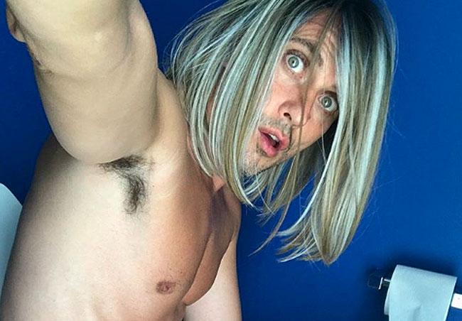 Paco León corre desnudo por un campo de golf para celebrar el millón de seguidores en Instagram