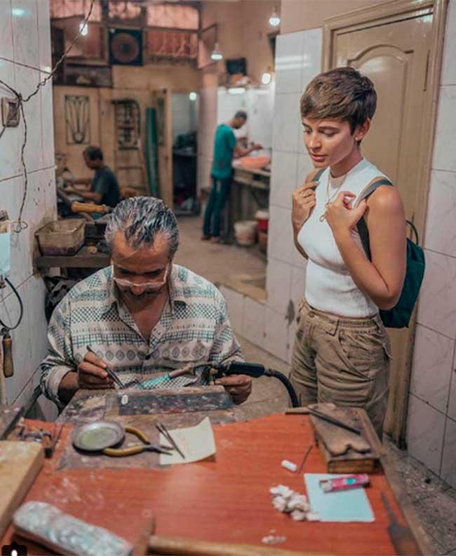 laura-y-risto-han-comprado-joyas-en-uno-de-los-talleres-artesanales-de-egipto