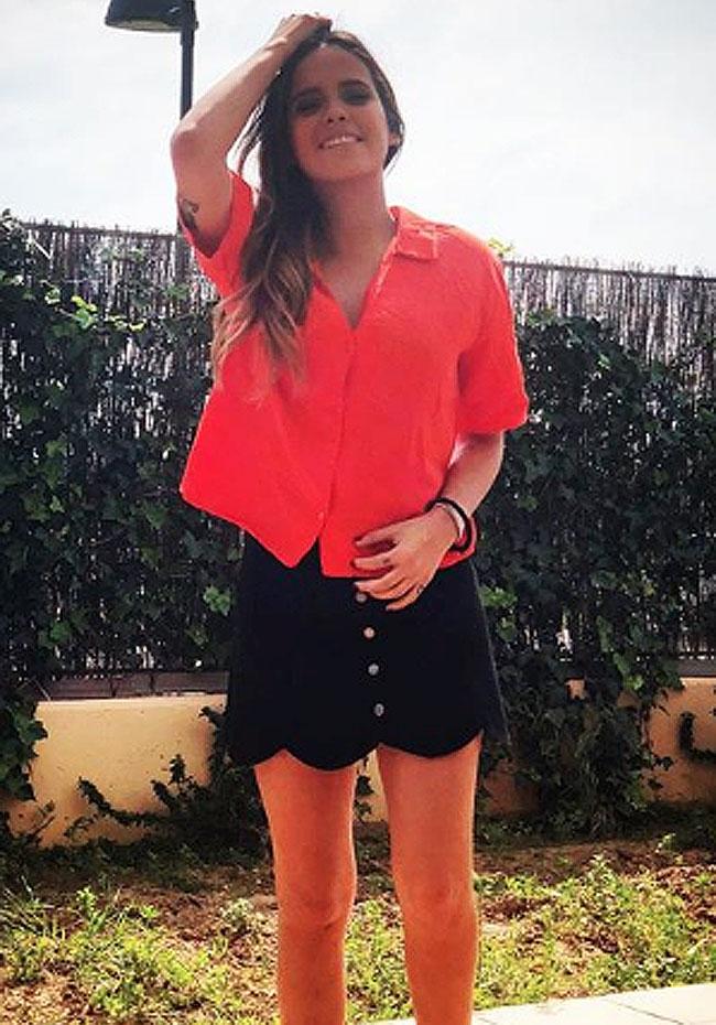 falda-negra-y-camisa-coral
