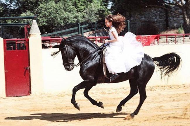 le-encanta-montar-a-caballo
