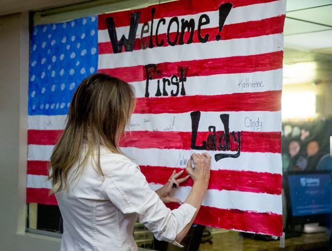 firmando-la-bandera-de-estados-unidos