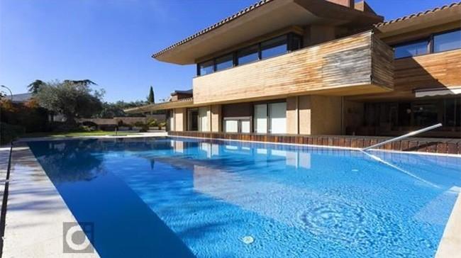 imagen-de-la-casa-desde-la-piscina