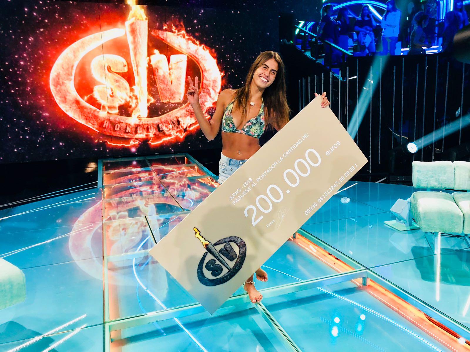 asi-de-feliz-posa-con-su-premio-de-200-000-euros-no-es-para-menos