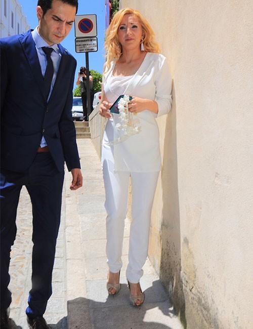 michu-llevaba-un-original-traje-blanco-de-manga-asimetrica