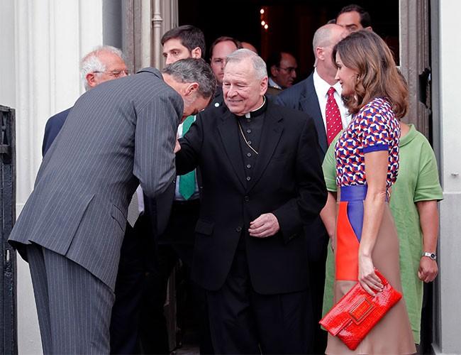 felipe-y-letizia-saludando-al-arzobispo-gregory-raymond