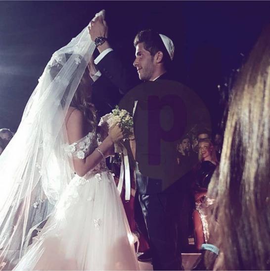 el-especial-momento-en-el-que-sergi-le-retira-el-velo-para-besarla-por-primera-vez-como-marido-y-mujer