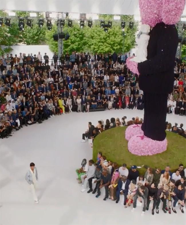 70-000-flores-sobre-la-pasarela
