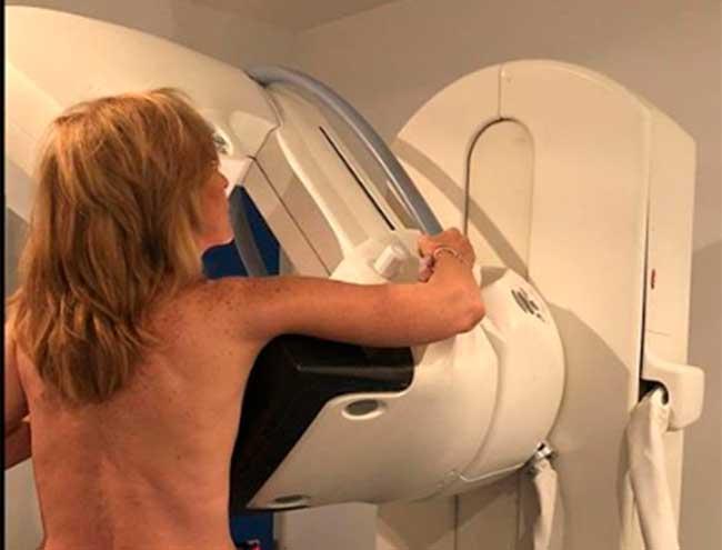 y-lo-ha-hecho-publicando-un-desnudo-mientras-se-hacia-una-mamografia
