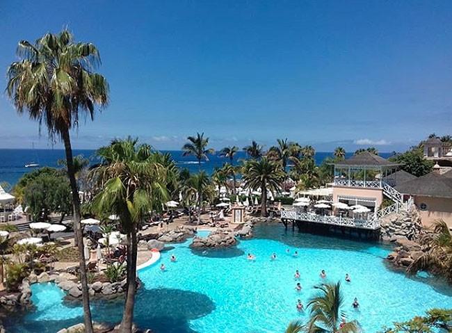 vista-de-las-piscinas-del-hotel