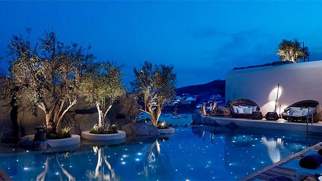 la-piscina-por-la-noche