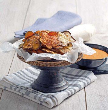 Chips-de-boniato-y-batata-con-crema-de-queso-y-pimientos
