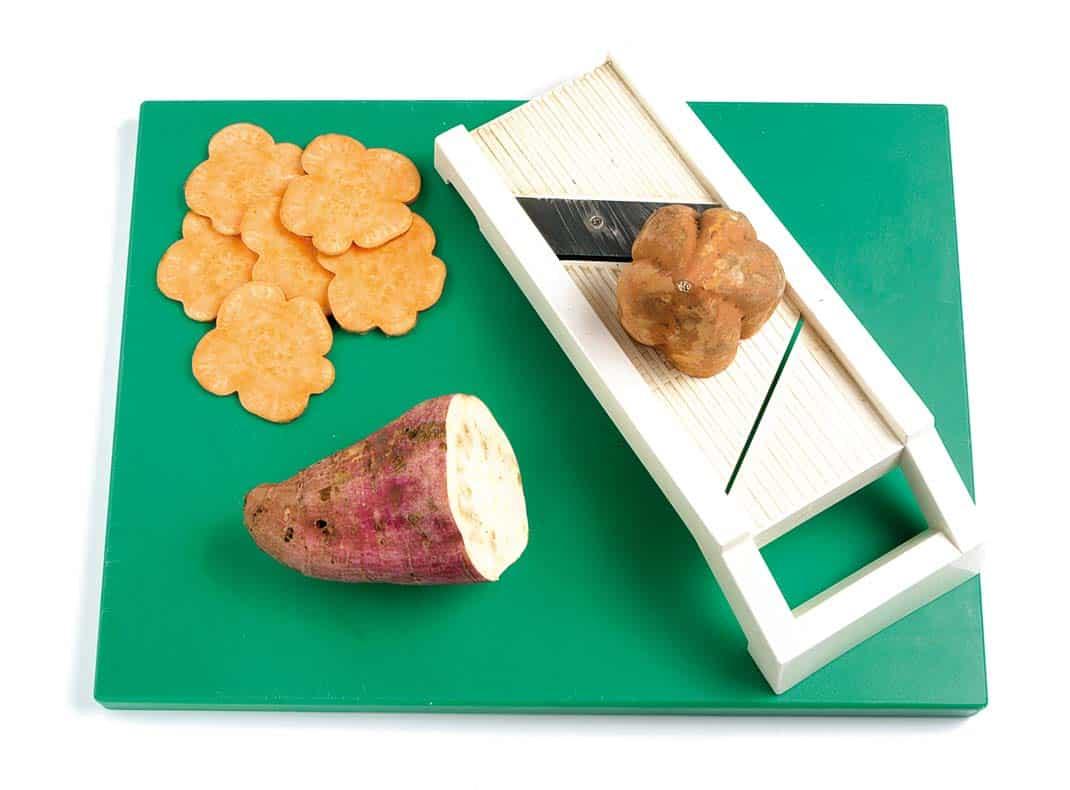 Chips-de-boniato-y-batata-con-crema-de-queso-y-pimientos-Paso-1